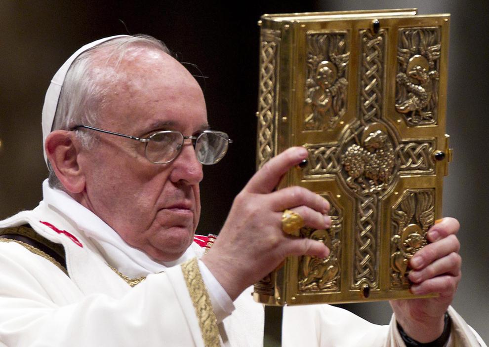El papa insta a llevar siempre la Biblia encima, como el teléfono móvil
