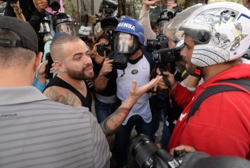 Nacho es afectado por gases lacrimógenos en Caracas