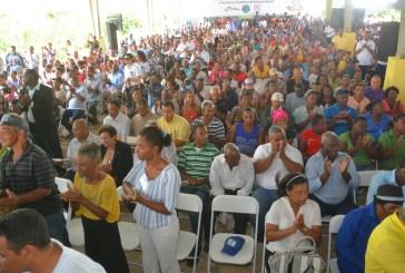 Danilo Medina entrega  más de 2 mil títulos definitivos a familias de Yamasá y Cotuí
