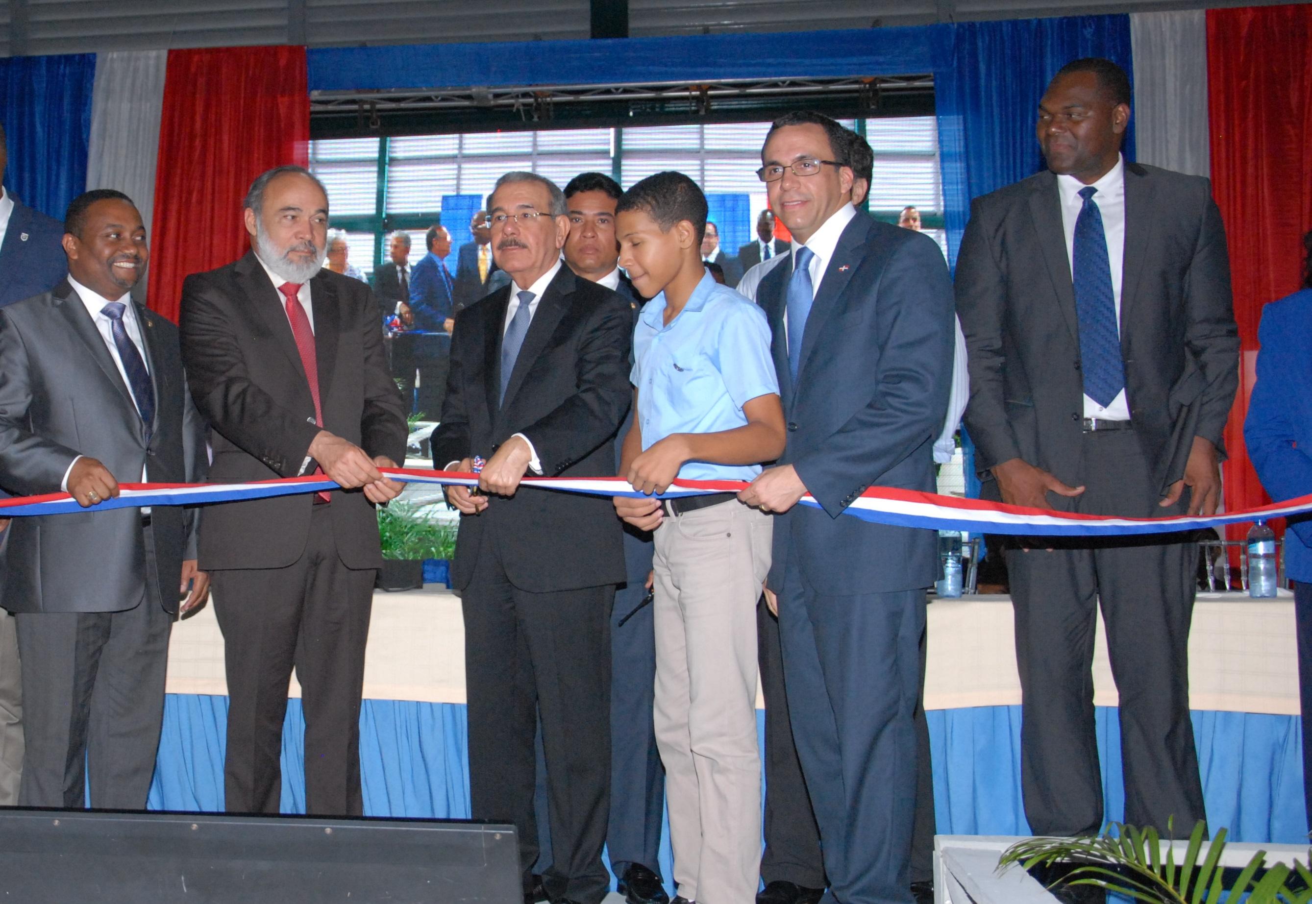 Danilo Medina inaugura un liceo en La Nueva  Barquita