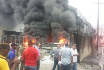 Un incendio se registra en Haina luego de que camión tanquero se volcara