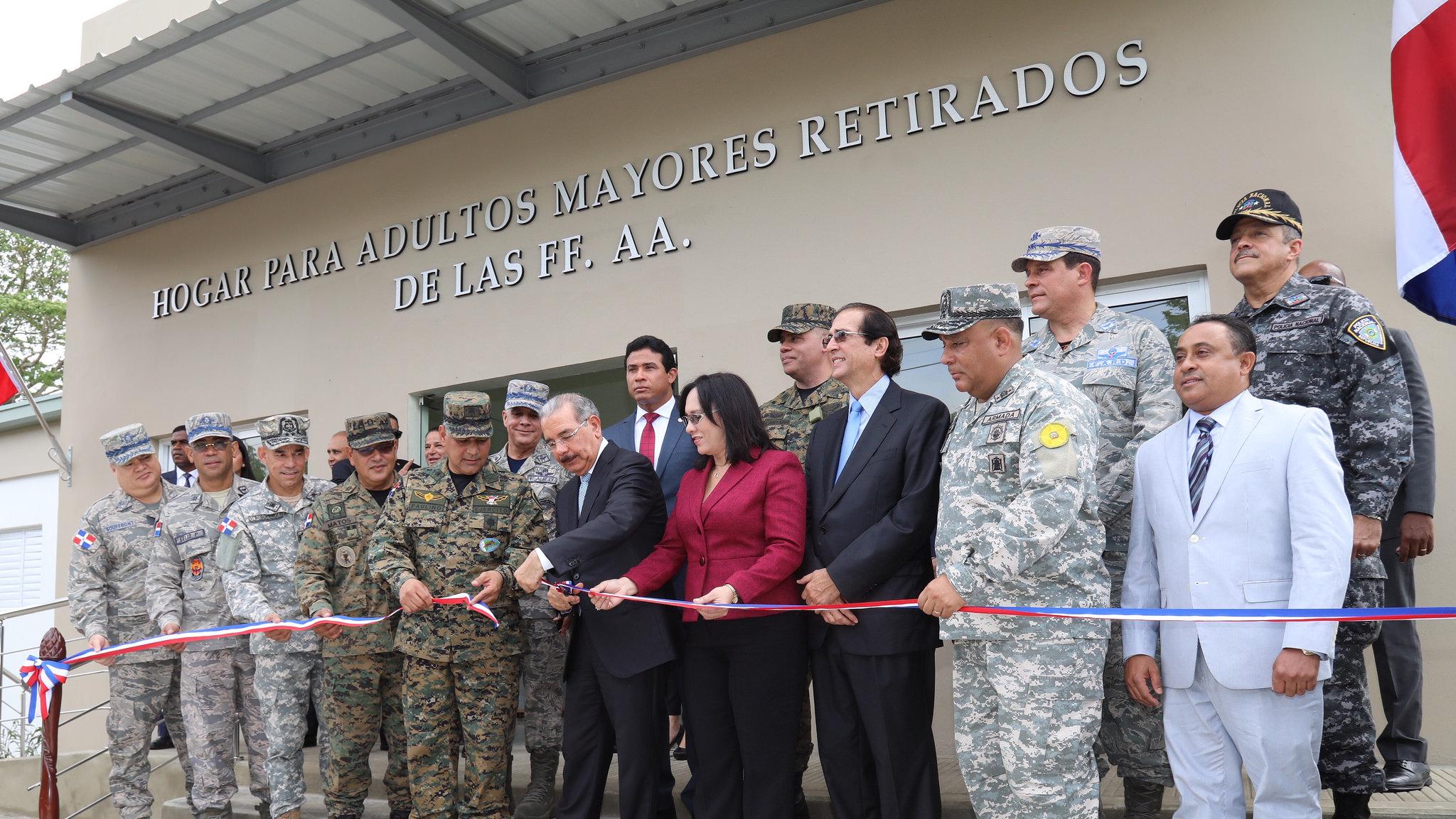 Danilo Medina anuncia plan de viviendas y aumento salarial para militares