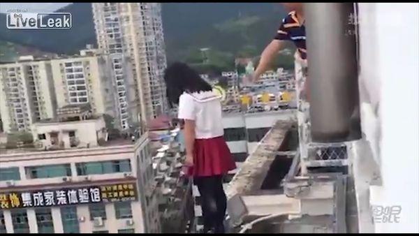 El engaño con el que un hombre rescató a una niña que estaba a punto de saltar al vacío