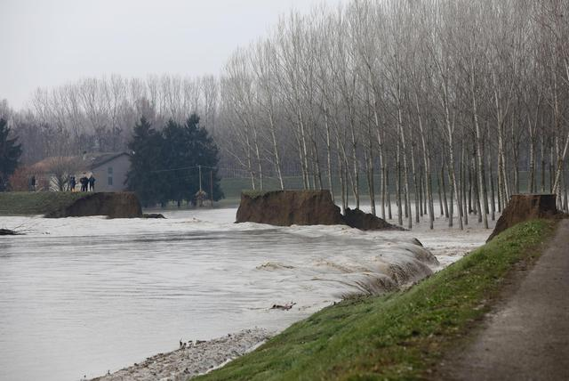 Maltempo: Enza rompe argini, evacuate mille persone
