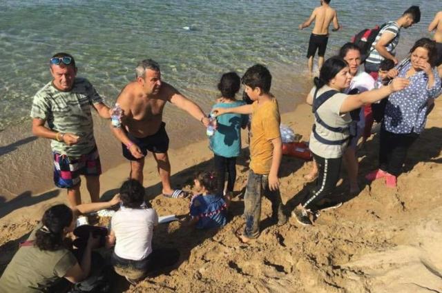 Los turistas le ofrecen agua y comida a los náufragos.