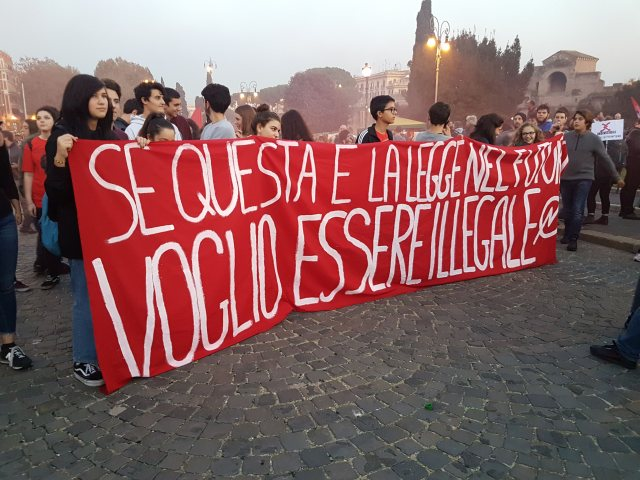 """""""Si esta es la ley, en el futuro quiero ser ilegal"""". (Foto: ahoraroma.com)"""