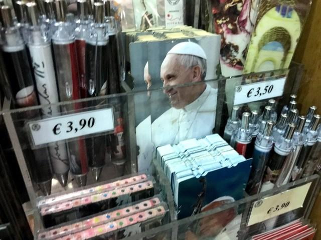 Comercios en el Vaticano.