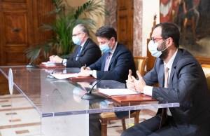 El primer ministro Conte y los ministros Gualtieri y Patuanelli en la firma del decreto (Foto: Governo)