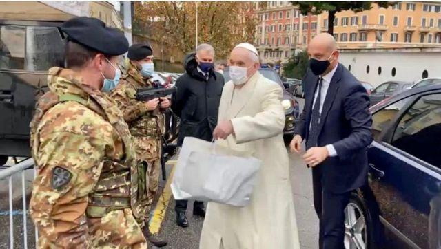 El Papa entrega un regalo por la Navidad.