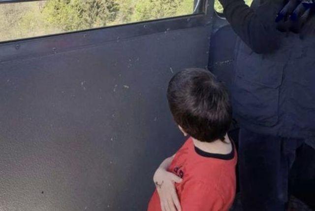 El pequeño Eitan en el teleférico.