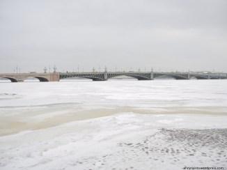 Vista sul fiume Neva ghiacciato dalla spiaggia della Fortezza di Pietro e Paolo a San Pietroburgo. 13 gennaio 2017