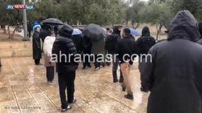 عشرات اليهود المتطرفين يقتحمون باحات الأقصى