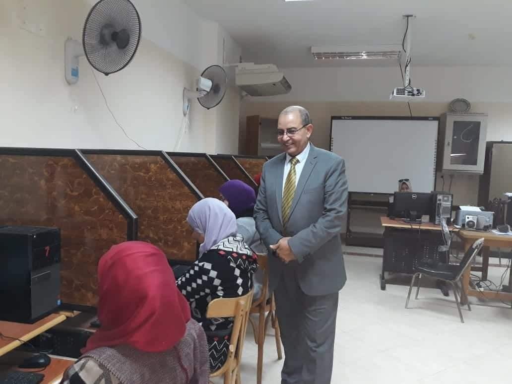 باهي يتابع إختبارات المتقدمين لمسابقة العقود المؤقتة للمعلمين بمركز التطوير التكنولوجى ببورسعيد