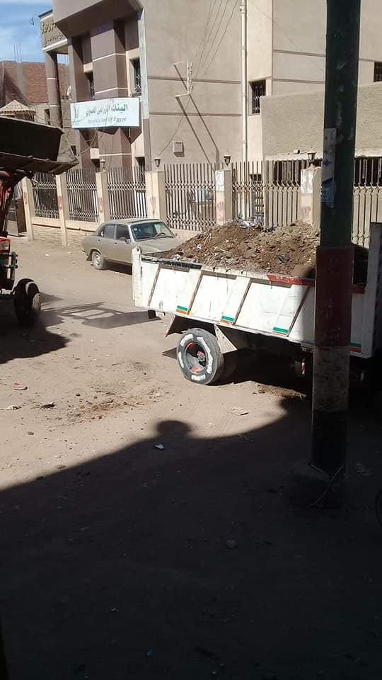 محافظ سوهاج : يستجيب لأهالي قرية الصلعا ويوجه بإزالة القمامة من الشوارع