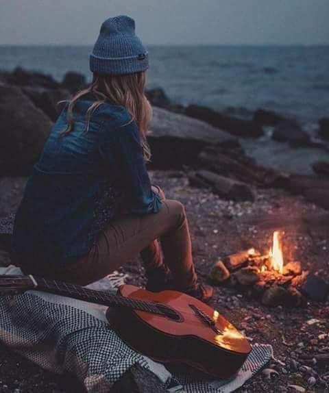 """""""رحيق السعادة""""                     كتبت /هيام_رضوان  يحاول الإنسان منذ نعومة اظافره أن يحصل على السعادة ؛ وبالتجربة يدرك أن  """"مفتاح السر"""" الذى من خلاله يحقق السعادة هو إدراكه أنها تنبع من أعماق النفس والشعور بالرضا ،ولكى يكون منبع السعادة من الأعماق وهذا الإحساس بالرضا  يجب أن نعلم ….  أولاً ما هى حقيقة النفس ؟..الفكر…؟الشعور…؟والإنفعال…؟؟؟ وكيفية عمل كل واحده منهما على حدا… فإذا أدرك الإنسان أن ما يشعر به من قلق هو مجرد أوهام كامنه فى اللا شعور تَوهم الشخص أنه أزالها وتخلص منها ..ولكنها استقرت فى الأعماق حيث لا يشعر بها وكانت تنتظر الظروف المناسبه لكى تظهر للعلن من وقت لأخركلما سنحت لها الفرصه؛ إستطاع الشخص التغلب على هذا الوهم وحصل على"""" رحيق السعادة"""" من خلال السرور والرضا الذاتي…إذا أدرك الشخص أن ما يعانيه من توتر  وإحباط ومخاوف يسبب له الألم قد نشأ عن مخاوف وهميه ومشاعر سلبية كانت المحرك الفعال لهذه الحاله من """"اللا إستقرار"""" أمكنه أن يعود إلى """" الإتزان النفسى """" مرة أخرى  إذا إستطاع  الشخص أن يفهم ذاته يمكنه بسهوله فهم الأخرين والقدره على إدراك تصرفات كثير منهم من قبل ان تصدر عنهم، فدراسة الشخصيات بدقه من خلال حركاتهم ،هفواتهم  ، ميولهم وتحليلها تعد مفتاح لفهم الشخصية ومعرفة دوافعهم، مشاعرهم و أفكارهم التى لا يفصحون عنها… على الشخص أن يحلل مشاعره ودوافعه ويعرف حقيقتها ويواجه نفسه ويزيل التوتر من جزوره… ويعتبر الإيحاء من أهم الوسائل لتكوين العادات الإيجابيه والصفات الحميده """" كالأمل،التفاؤل، الشعور بالسرور، النشاط ، الحيوية ، الثقه  والنجاح……""""  وكما للجسد غذاء يحتاج إليه كذلك بالنسبه للعقل والنفس….؟؟؟ فغذاء العقل هو """"الفكر السليم"""" الذى يسمو بالملكات العقلية ويجعلها تخدم النفس .فإذا كانت الأفكار إيجابية قويت النفس وإزدادت بالحيوية والقوة والنشاط """" العقل السليم فى الجسم السليم""""…..  أما غذاء النفس فهو الشعور والإنفعال فإذا تزودت النفس بالمشاعر  الإيجابية كالمحبة، الأمل، والمُثل العليا والرضا الذاتي إنعكس ذلك الإتزان النفسي على العقل والجسد….."""