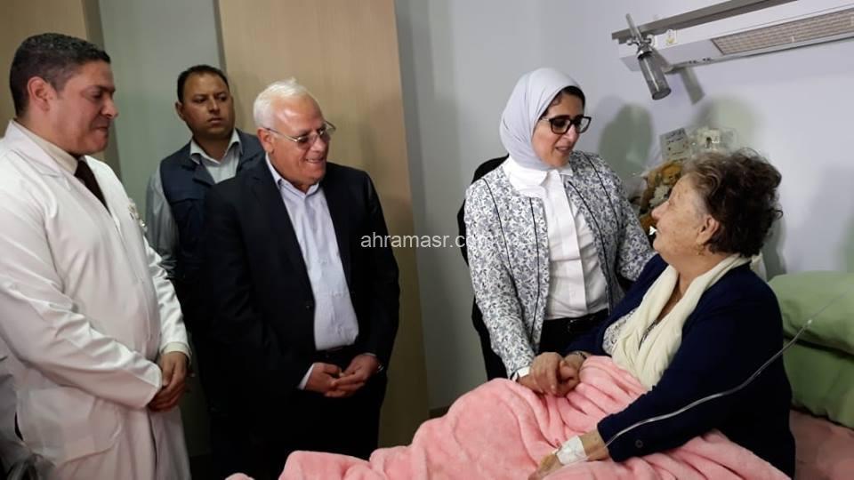 هاله زايد والغضبان يزوران الفدائية زينب الكفراوي بمستشفى بورسعيد العسكري