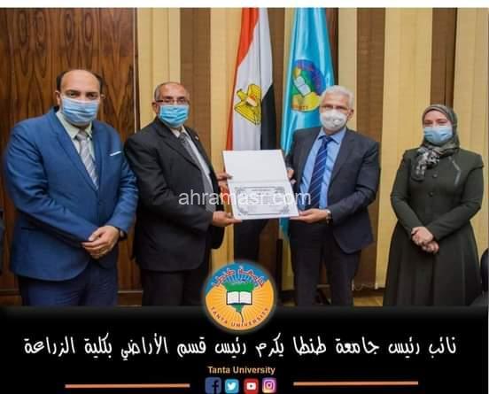نائب رئيس جامعة طنطا يكرم الدكتور أحمد البارودي