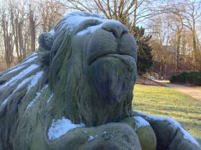 Löwe vor dem Ahrensburger Schloss – Foto: Mia
