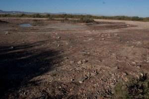 Excavación del vaso de la charca donde se puede observar los residuos que afloraron.