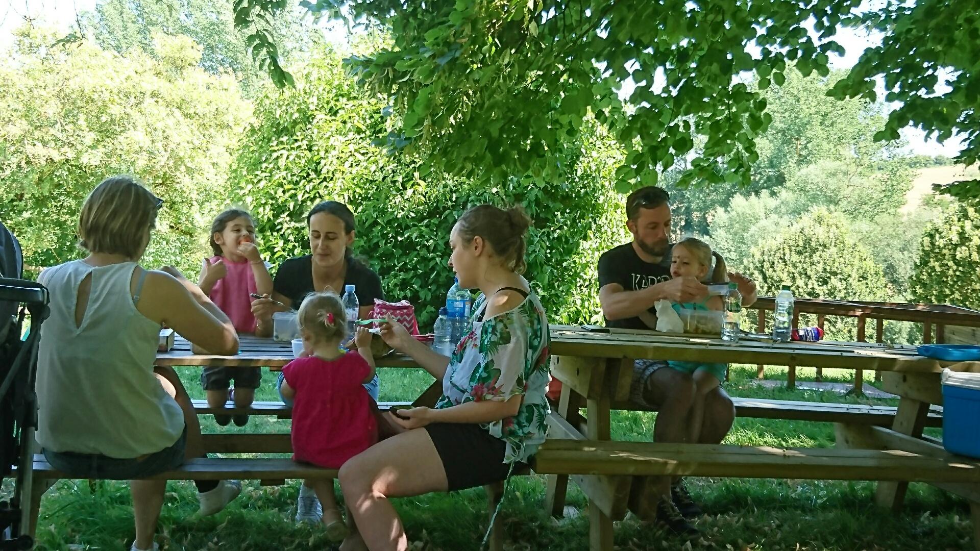 la micro crèche de Chazelles en sortie à la ferme des vallées à Montmoreau