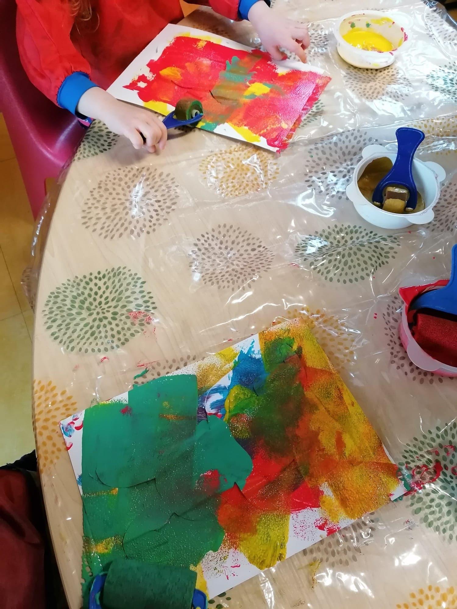 atelier peinture a la micro creche de chazelles
