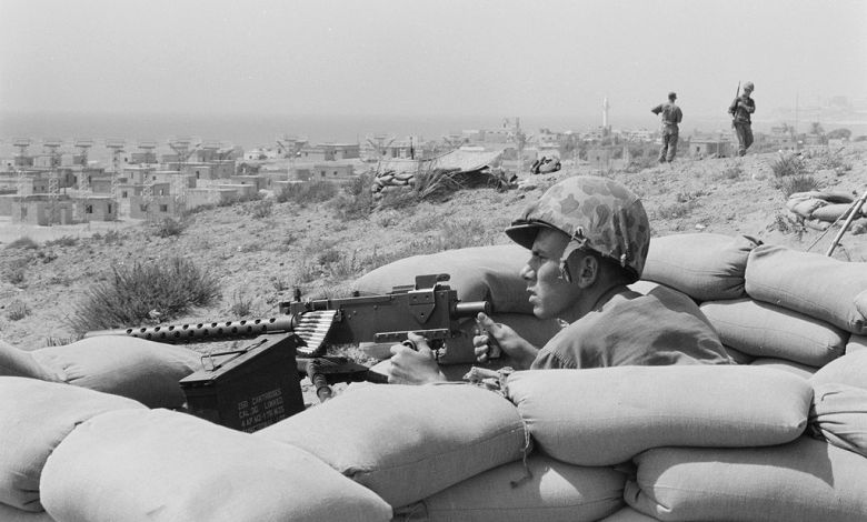 صورة من الأرشيف لعسكري من البحرية الأمريكية يجلس في حفرة ويوجّه مدفع رشاش نحو بيروت ضمن أحدات ثورة 1985. Photo credit: Library of Congress