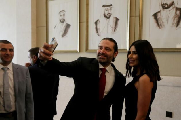 رئيس الوزراء السابق سعد الحريري يلتقط صورة سيلفي مع إحدى المشاركات في منتدى الاستثمار الإماراتي اللبناني في الإمارات، 7 أكتوبر، 2019. Photo Credit: Satish Kumar- Reuters