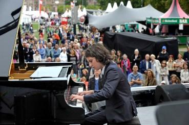 AMSTERDAM - De Amsterdamse Uitmarkt, de jaarlijkse opening van het culturele seizoen, besteedde het afgelopen weekeinde in het bijzonder aandacht aan talent, onder het motto 'Geef talent een kans!'. Het 11-jarige Nederlandse toptalent Aidan Mikdad (foto) speelde daarom zondagmiddag op het hoofdpodium. Hij treedt in november ook op tijdens het Young Pianists Festival in het Muziekgebouw aan 't IJ.