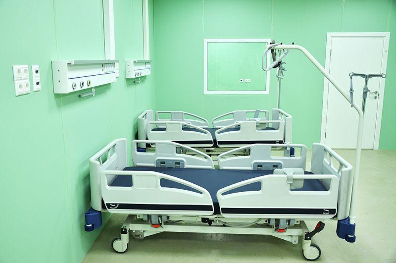 वीडीएनएक्स में मंडप संख्या 75 में कोविद -19 के रोगियों के लिए एक अस्थायी अस्पताल में कक्ष।