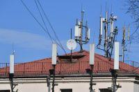 Вышки сотовой связи на крыше дома.