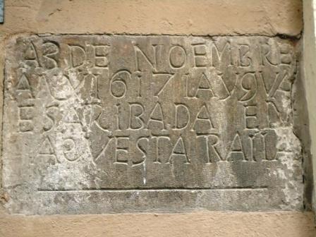 Imatge de la placa on s'indica el nivell de l'aigua en la riuada de 1617