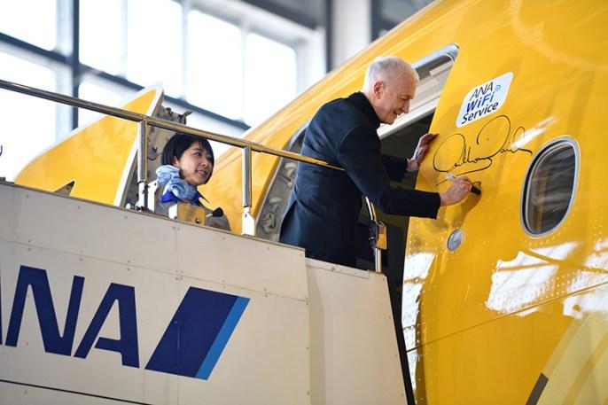 El actor Antony Daniels (C-3PO en Star Wars) firma el avión especial de ANA.