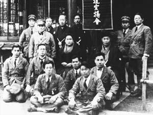 Foto de grupo tomada hacia 1932 bajo el emblema del Budo Sen'yokai. De pie en la tercera fila Morihei Ueshiba, Sumiko Deguchi yOnisaburo Deguchi sentados. Entre Onisaburo y su mujer Yoichiro Inoue.