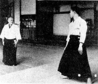"""O Sensei mostrando la posición """"hanmi""""."""