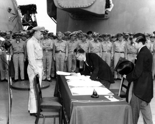 La firma del documento de rendición por el Ministro de Exteriores Mamoru Shigemitsu.