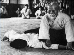 O Sensei realizando la inmovilización de ikkyo