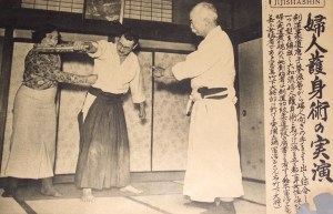 "Daiwa Goshinjutsu - Isamu Takeshita demostración de la autodefensa de las mujeres. Fujiko Suzuki (鈴木 富 治 子 o 富士 子), fundador de Daiwa Goshinjutsu (大 和 流 護身 術), izquierda Sokaku Takeda y Ueshiba Morihei estudiante Almirante Isamu Takeshita a la derecha. El libro ""Daiwa Goshinjutsu"", fue publicado en 1937 e ilustrado por Takako Kunigoshi."