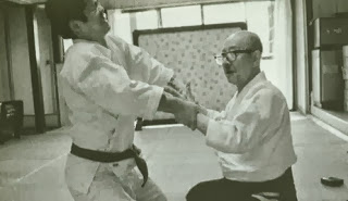Takeshi Maeda 前田武 aplicando aiki-age