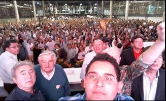 """Selfie con """"Pepe"""" Mujica en Plaza Mayor."""