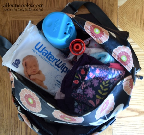 Packing a diaper bag for a baby & toddler I show you what to pack and what not to pack. Article from aileencooks.com #ad