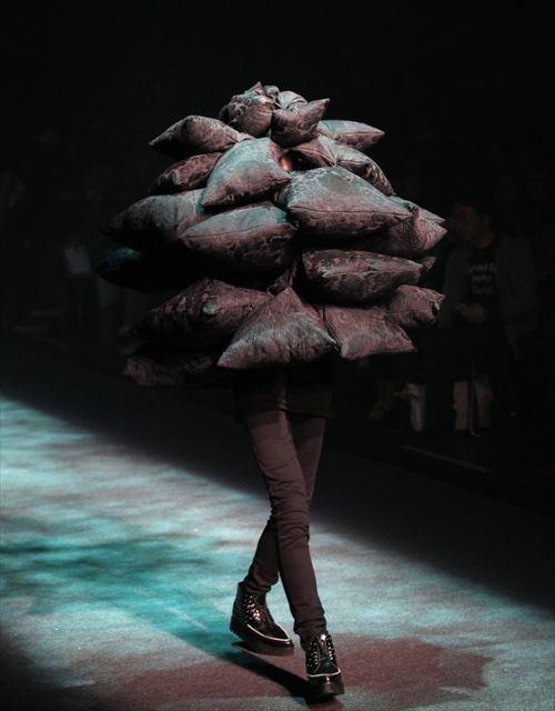 デザイナーのセンスを疑ってしまう個性的すぎるファッション・31種