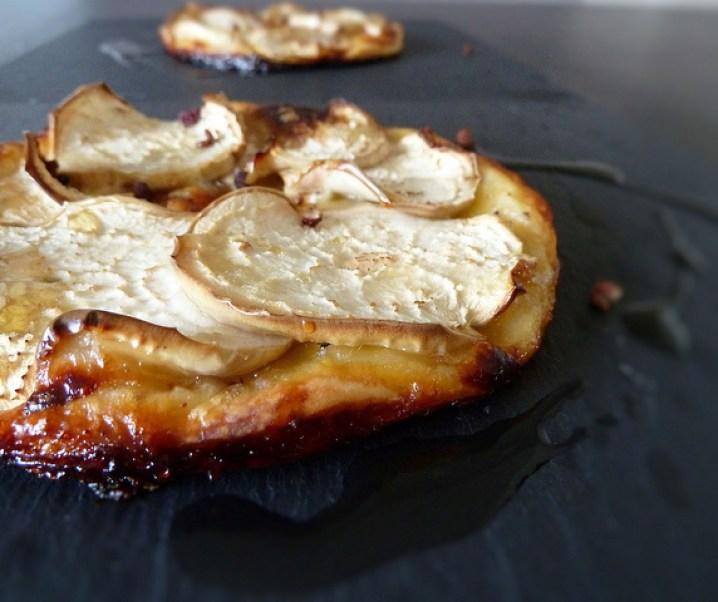 Tarte fine à l'aubergine blanche, chèvre, miel et noisette