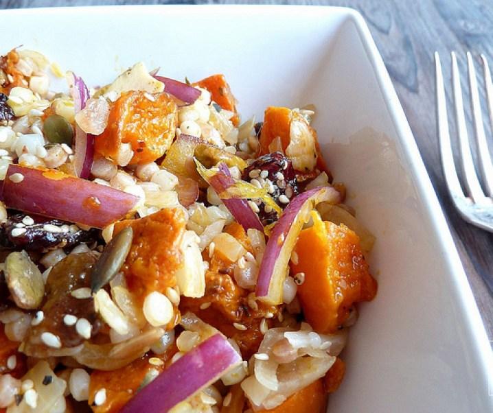 Salade de moughrabieh, potimarron rôti au four, oignon rouge et graines