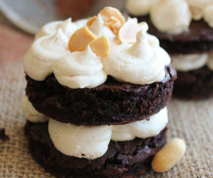 Mini layer cake au chocolat et à la banane, glaçage au beurre de cacahuète {vegan}