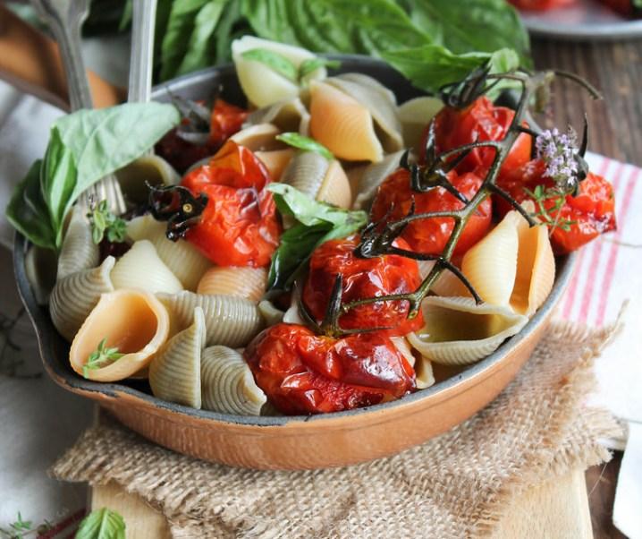 Gekonfijte tomaat en basilicum pastasalade