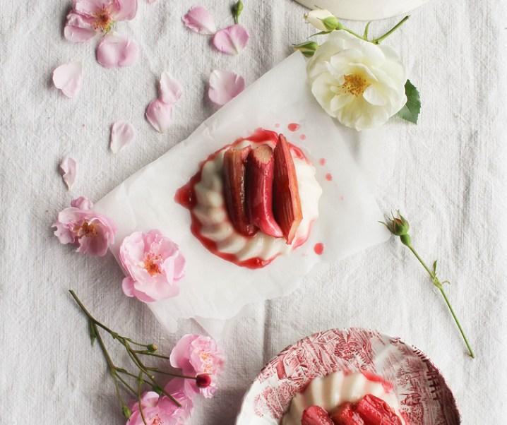 Panna cotta au lait de coco, rhubarbe et rose {vegan – sans gluten}