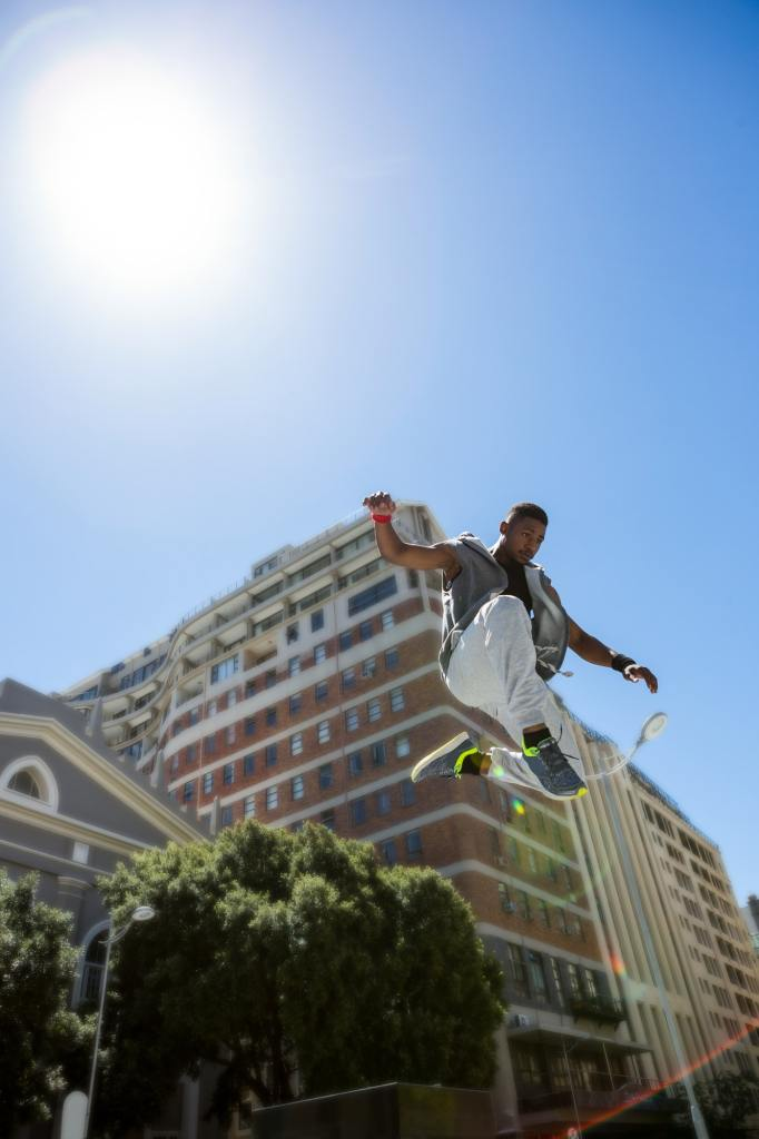 Athletic man doing parkour in the city on a sunny day  30 Comportements des personnes inarrêtables athletic man doing parkour in the city on a sunny day 682x1024
