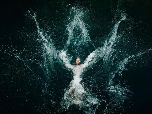 Soyez comme l'eau : Philosophie et origine de la célèbre métaphore de Bruce Lee sur la résilience