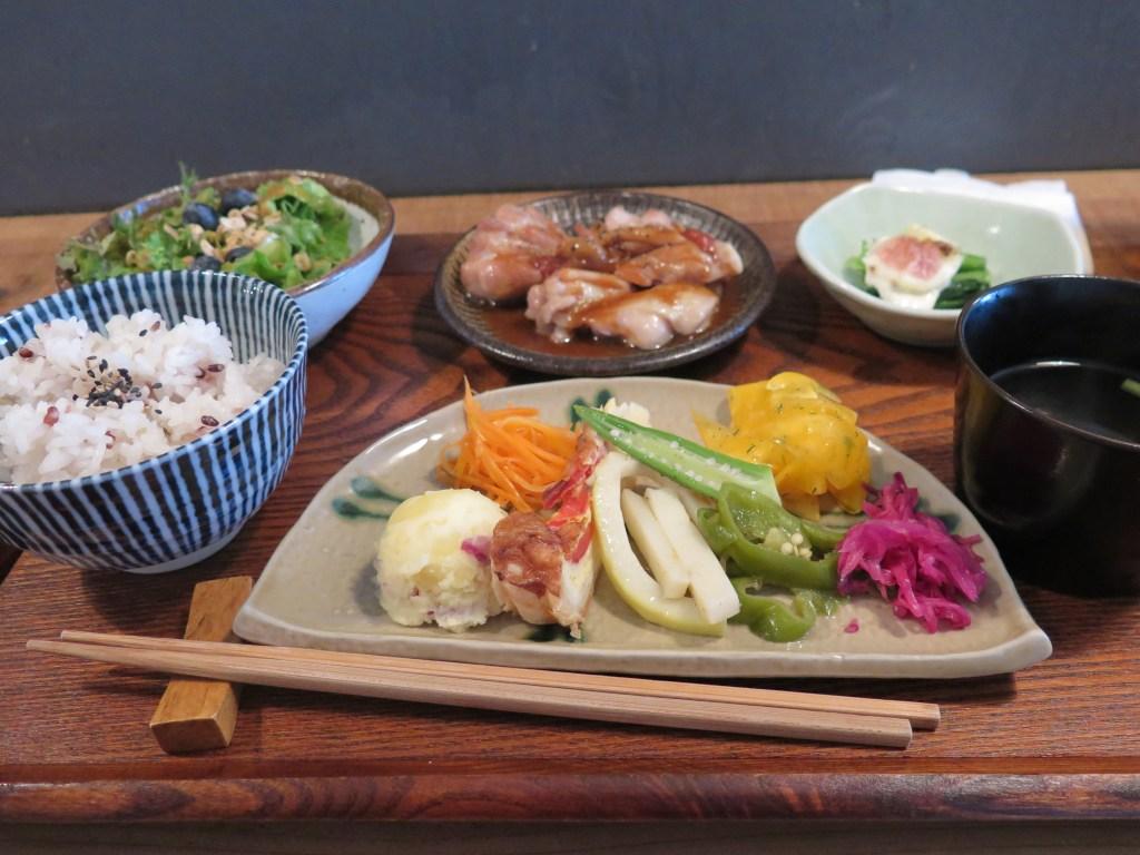 藁屋 Waraya(高知市)。高知の魅力溢れる野菜が主役の素敵空間。