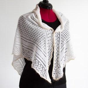 Pitsilise koekirjaga kolmnurkne rätik, disain Irina Tammis